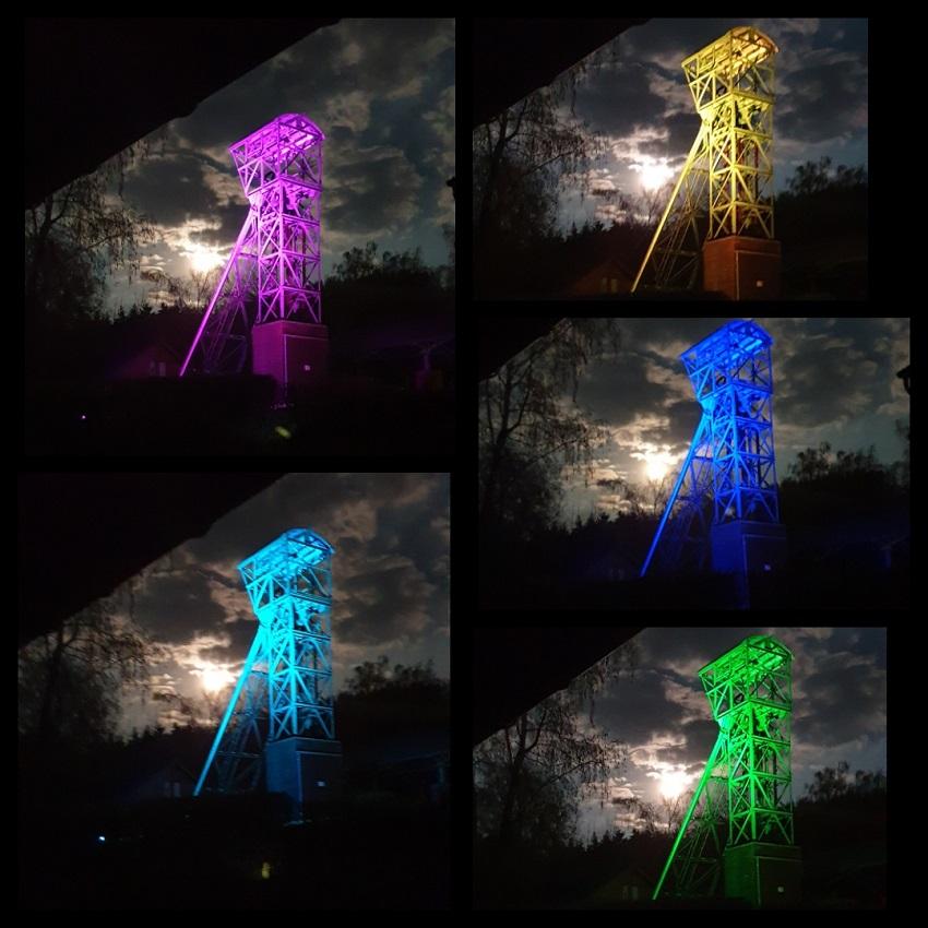 Förderturm des Bergbaumuseums leuchtet in bunten Farben