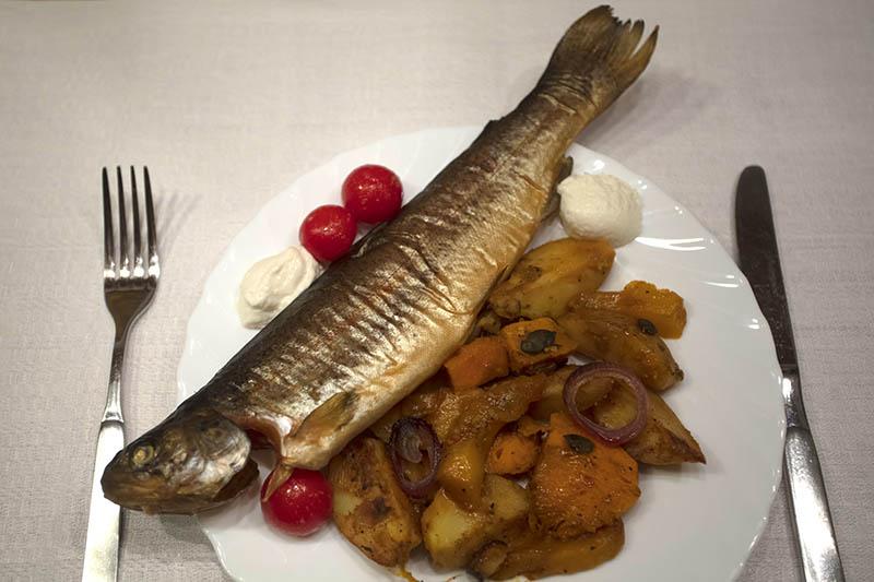 Westerwälder Rezepte: Geräucherte Forelle mit Curry-Gemüse