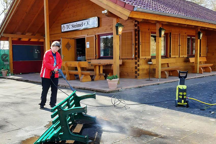 Rita Wildermann hat alle Plätze in den vergangenen Wochen hervorragend gepflegt und etliche Arbeiten rund um das Clubhaus erledigt. Fotos: Dietrich Rockenfeller