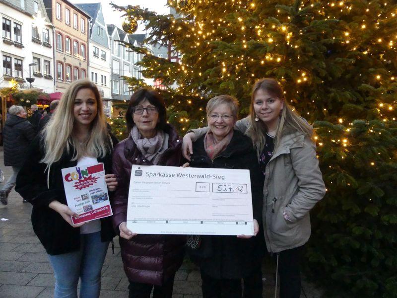 """Von links: Michelle Schäfer (GoIn-Mitarbeiterin), Erika Leisenheimer, Ingrid Rhensius (Verein """"Gemeinsam ist es möglich) und Chayenne Langsdorf (GoIn-Mitarbeiterin) bei der Spendenübergabe. Foto: privat"""