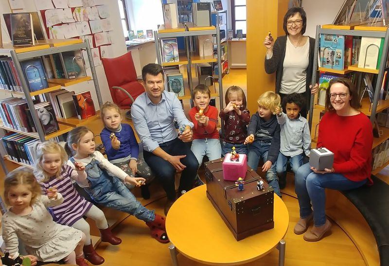 Bunten Boxen und Figuren für die Jüngsten der Stadtbücherei