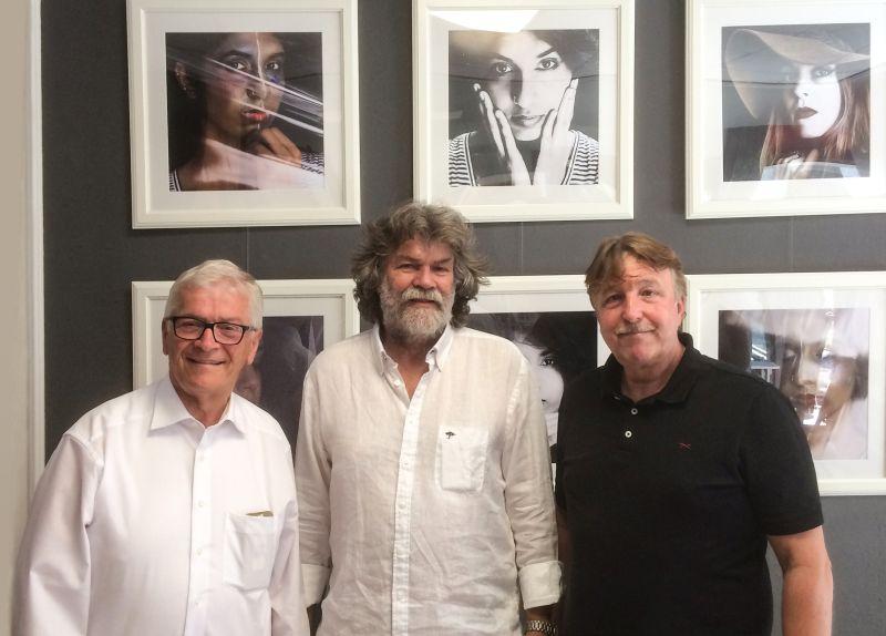 Nahmen den Fotokünstler in die Mitte: Stadtbürgermeister Gerhard Hausen und Jochen Seidel von der Kulturwerkstatt Unkel Haus am Pütz 2 bei der Eröffnung des Fotoateliers von Horst Bennemann. Foto: privat