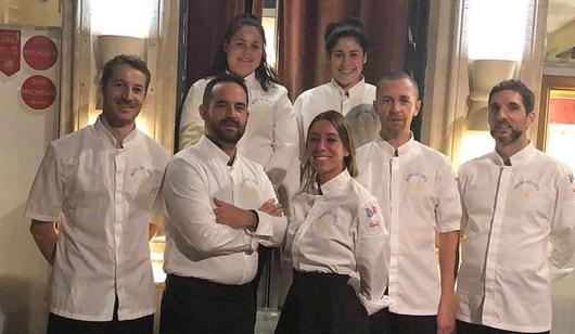 """Die beiden Praktikantinnen Nesrin und Yasemin Sezer (hinten, vo links) mit dem Team ihres französischen Praktikumbetriebs """"Le Bistrot de I'hotel"""". (Foto: privat)"""