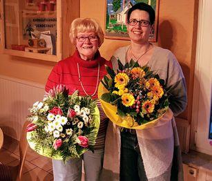 Die Vorsitzende Ingrid Menningen verabschiedet die Chorleiterin Corinna Super-Münzer. Fotos: privat