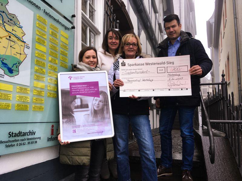Spende an Frauennotruf: Hachenburger leben Martinsgedanken