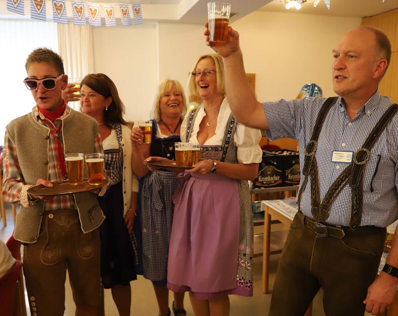 Gemeinsam mit Bewohnern und Angehörigen feierten Einrichtungsleiter Erhard Bender (rechts) und die Mitarbeiter des Altenzentrums Freudenberg beim Oktoberfest. Foto: Privat