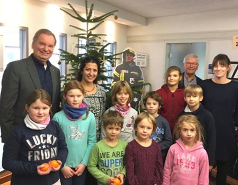 """Grundschule """"Am Sonnenberg"""" schmückte Weihnachtsbaum der VG-Verwaltung Unkel"""