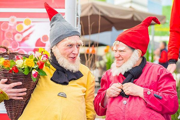 Gartenmarkt - Gartenzwerge streifen durch Innenstadt von Neuwied