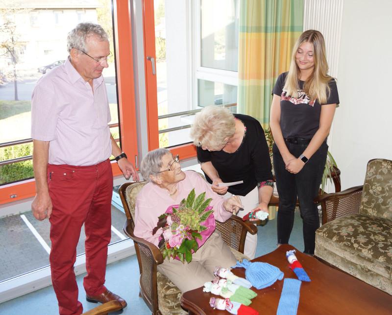 Von links: Chefarzt Dr. med. Bernd Mittag (Chefarzt), Fr. Kordula Schmidt (Spenderin), Petra Mittag (stellvertretende Vorsitzende Förderverein) und die Enkelin Vanessa Schmidt. Foto: Privat