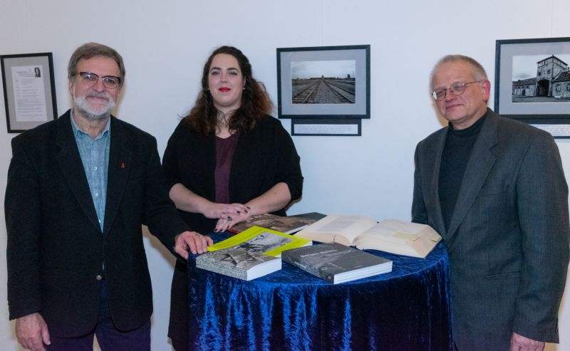 Gedenkveranstaltung des Privaten Gymnasiums Marienstatt: Franziska Haas, ehemalige Schülern und Fotografin der ausgestellten Fotos, Johannes Kempf und Martin Kläsner (links) als Organisator der Veranstaltung.