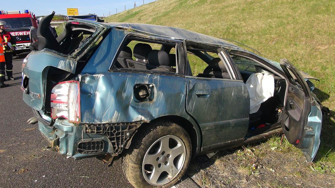 Geisterfahrer verursacht schweren Unfall und fährt weiter
