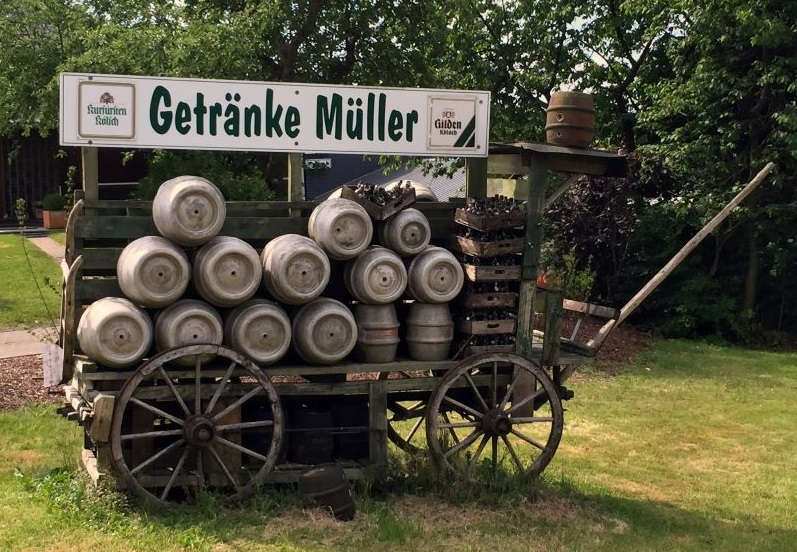 Viele Autofahrer kennen am Ortseingang von Oberwambach diesen Hinweis auf die Firma Getränke Müller. (Foto: privat)
