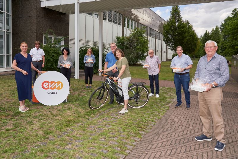 Claudia Probst und Berthold Nick (links), die den Regionalen Energiewende-Kompass organisiert haben, übergeben die Preise an die glücklichen Gewinner. Foto: Sascha Ditscher