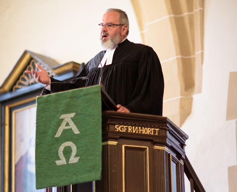 Dekan Wengenroth während der Predigt. Fotos: Peter Bongard