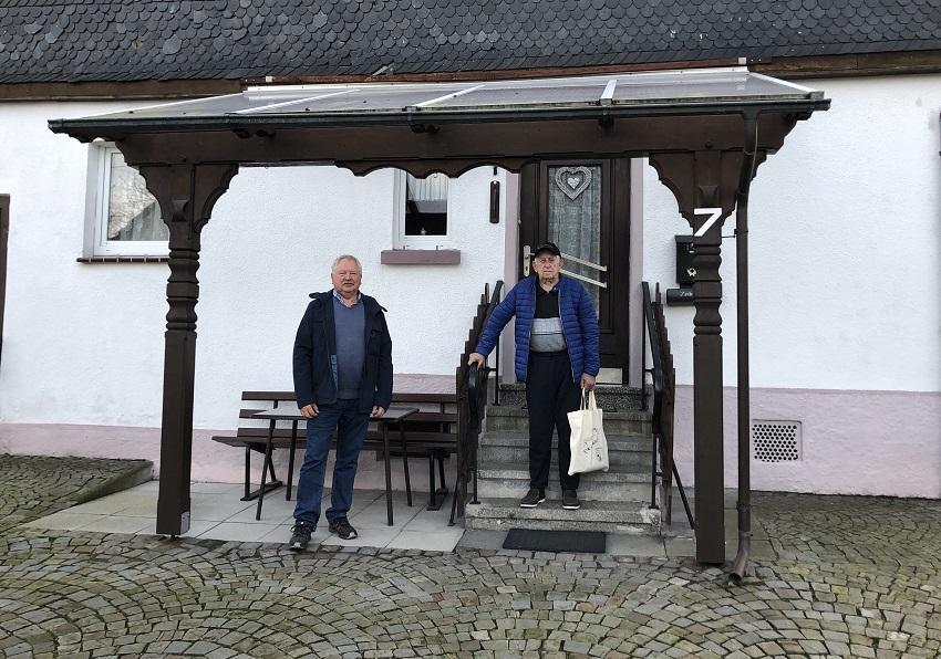 Ortsbürgermeister Udo Seidler übergibt ein Präsent an Heinz Günter Schneider. (Fotos: Ortsgemeinde)