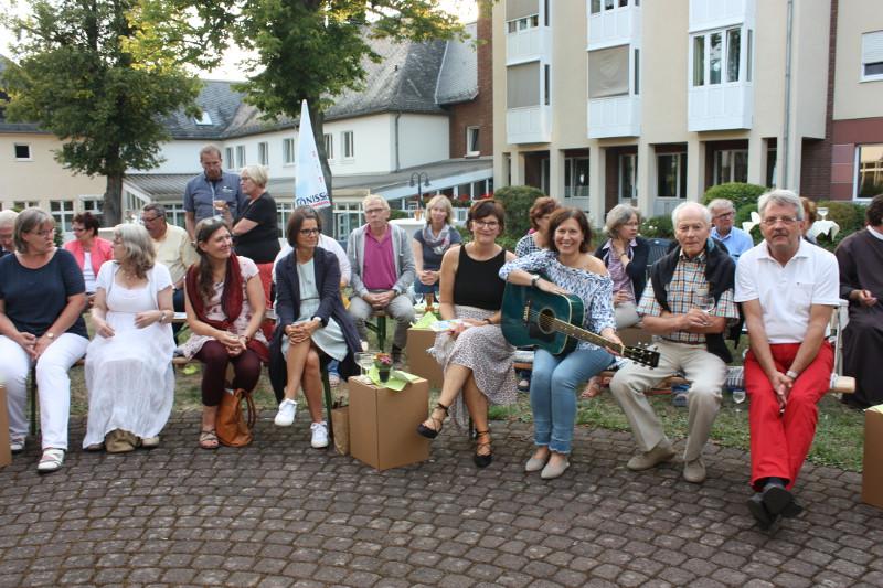 Alexandra Fischer und Catrina E. Schneider (dritte und vierte von rechts, vordere Reihe) trugen zu einem herrlich leichten Sommerabend bei. Foto: Hospizverein