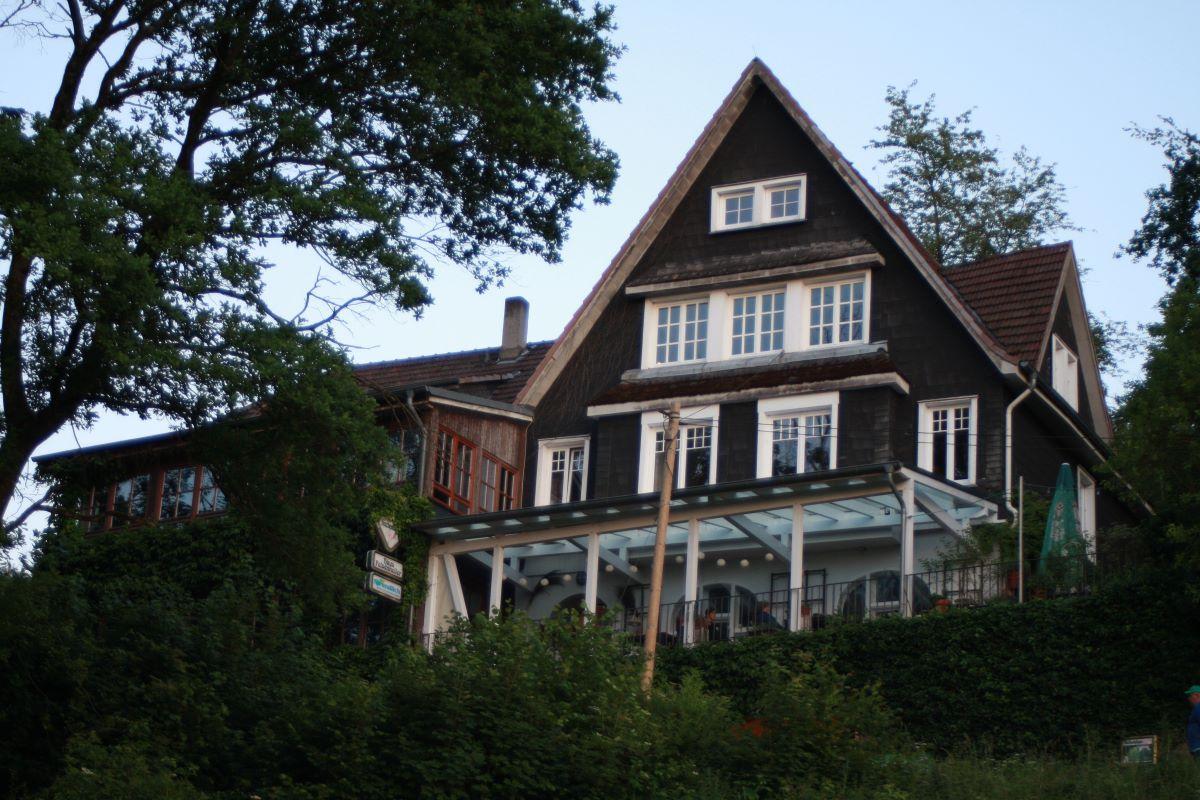 Das Haus Felsenkeller ist schon viele, viele Jahrzehnte ein Wahrzeichen der Kreisstadt Altenkirchen und thront auf einer Anhöhe über den Eisweihern im Wiesental. (Foto: privat)