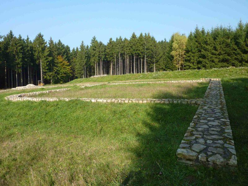 Die dritte kostenfeie Wanderung im September geht weiter in Hillscheid auf den Spuren der Römer, mit einer Wanderung zum Kleinkastell und Limesturm. Foto: Schlotter