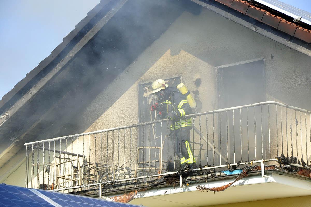Dachstuhlbrand in Honneroth: Großeinsatz für die Feuerwehr, keine Verletzten