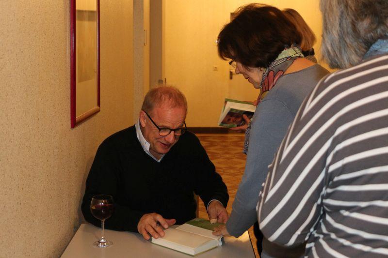 Hubertus Meyer-Burckhardt signierte nach der Lesung die Bücher der Besucherinnen und Besucher. Fotos: Dernbacher Gruppe Katharina Kasper
