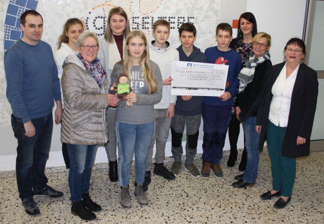 Spendenübergabe - Schüler der IGS Selters spenden über 9.000 Euro