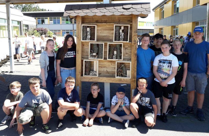 Realschüler bauten zwei Insektenhotels für WWV Bad Marienberg