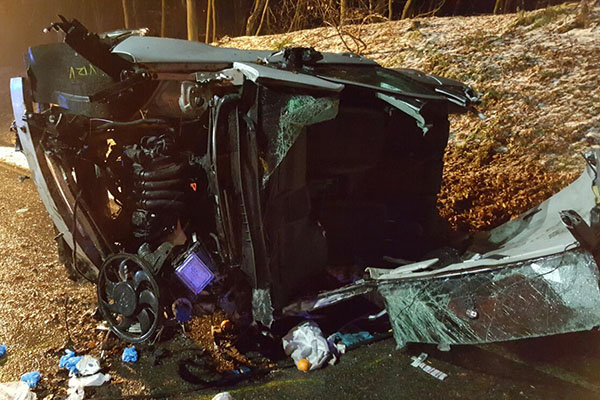 Schwerer Verkehrsunfall auf B 49 - drei Schwerverletzte