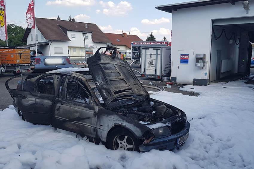 PKW gerät auf Tankstellengelände in Wallmerod in Brand