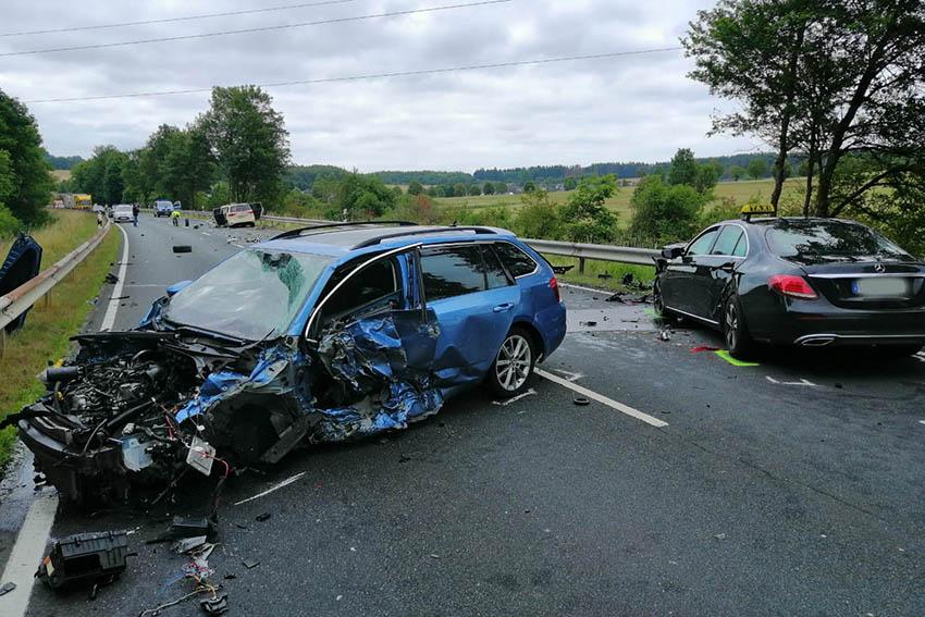 Zehn Verletzte bei schwerem Verkehrsunfall auf der L 281
