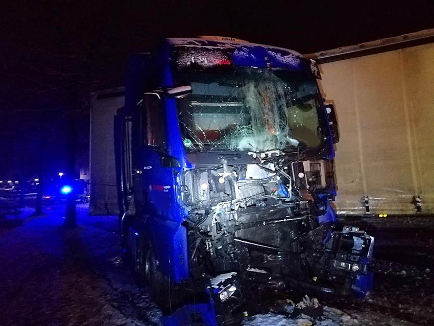 LKW-Unfall auf schneebedeckter B 54 – Lange Vollsperrung