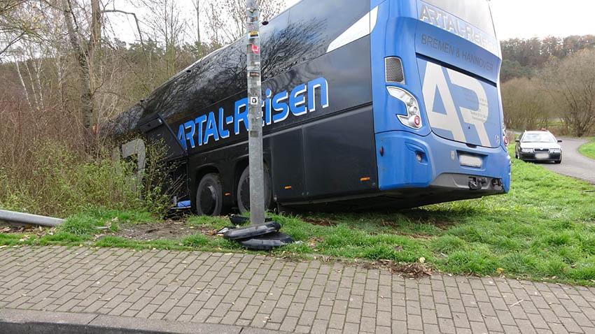 Reisebus rollte in Böschung