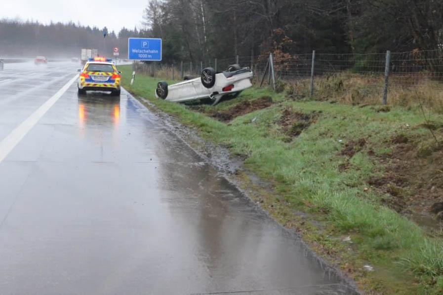 PKW überschlägt sich auf Autobahn – Beifahrer flüchtet