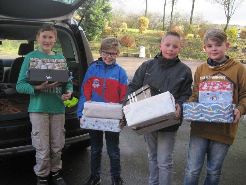 Schüler packen Weihnachtspäckchen für Osteuropa