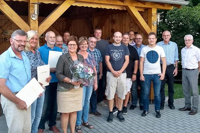 Der Ortsgemeinderat Dürrholz mit den Beigeordneten und Ortsbürgermeisterin und Bürgermeister Mendel. (Es fehlen Manfred Kolb und Philip Asbach). Foto: privat
