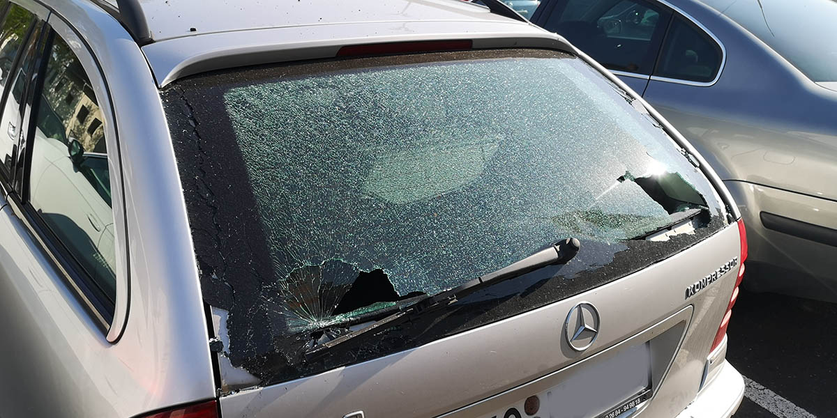Geplatzter Reifen beschädigt mehrere Fahrzeuge