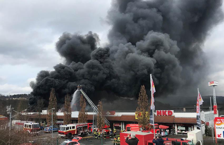 Leerstehendes Geschäftsgebäude wird Raub der Flammen
