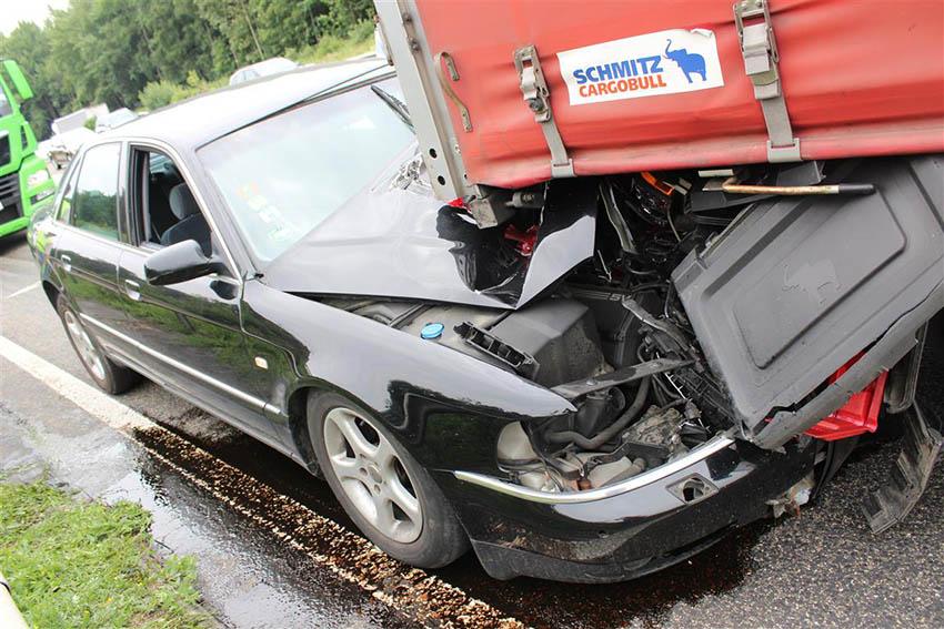 PKW fährt unter LKW - Beifahrerin verletzt