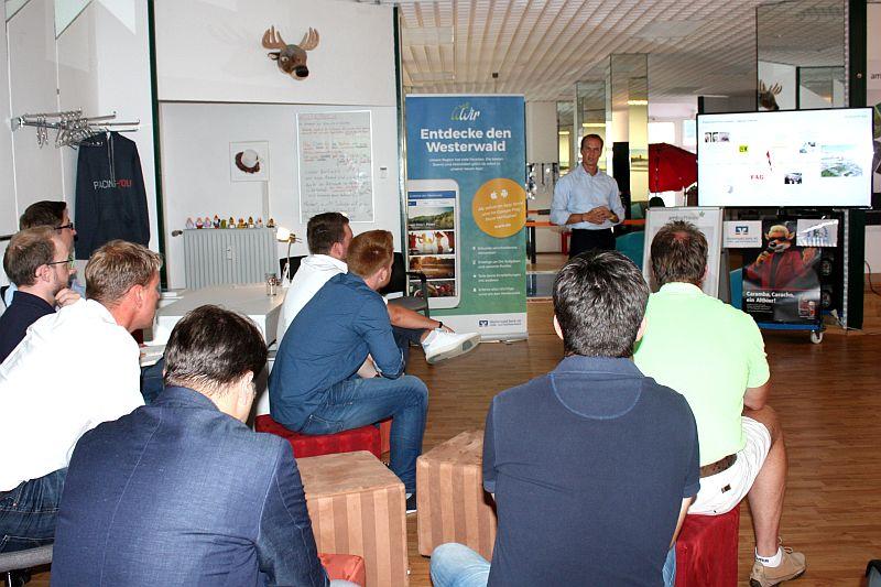 Zahlreiche Interessierte höhren dem Vortrag des Gastredners Tobias Ramminger der Schaeffler AG aufmerksam zu. Foto: jkh