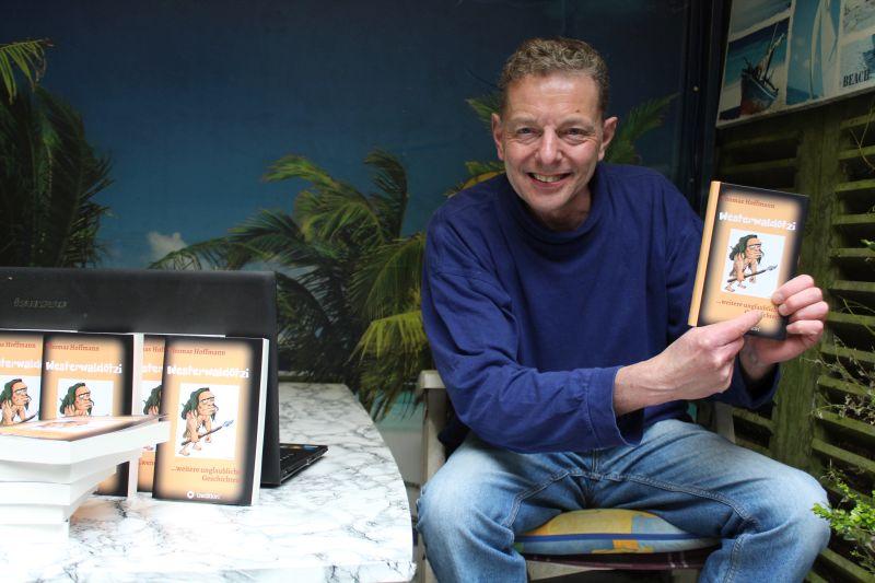 Thomas Hoffmann mit seinem neuen Buch. Foto: privat