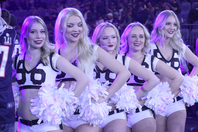 Gro�e Ehre: Heavenly Force Dancers bei Super Bowl-Party in K�ln