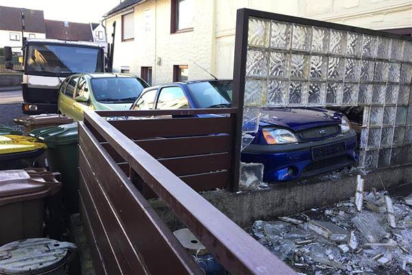 LKW fährt nach Unfall gegen Haus – Bewohnbarkeit wird geprüft
