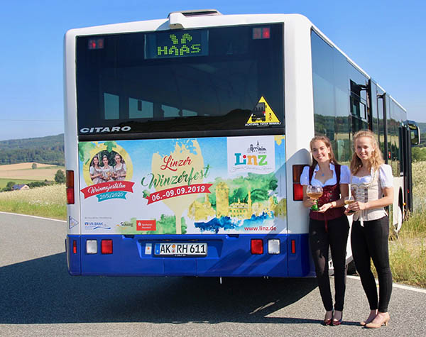 Das hübsche Linzer Weintrio ziert einen Bus im Westerwald