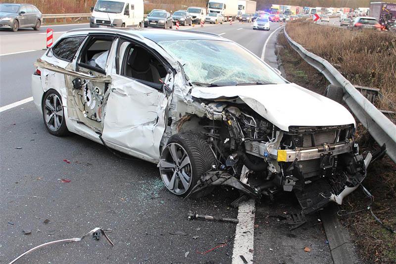 Durch rücksichtsloses Auffahren auf Autobahn Unfall verursacht