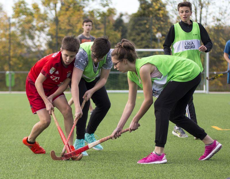 Kunstrasenplatz mit Schulsport und Spiel der A-Jugend eröffnet