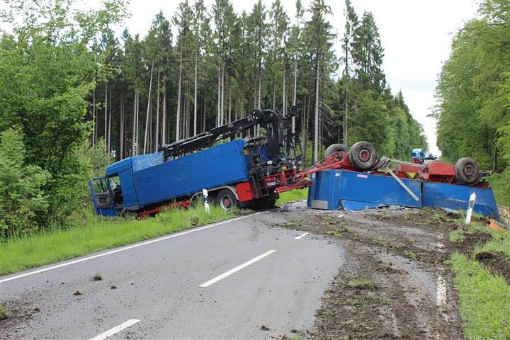 Anhänger von LKW umgekippt – L 254 gesperrt