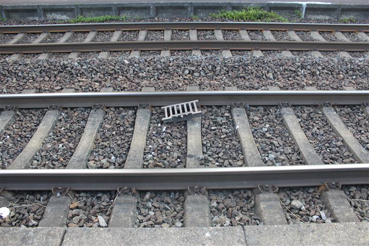 Gullydeckel in Erpel auf Bahngleise geworfen
