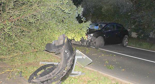 Die Unfallstelle: Am PKW entstand Totalschaden. (Foto: Polizei)