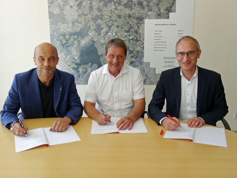 Unterzeichnung der Kooperationsvereinbarung (v.l.) von Agenturchef Elmar Wagner, Landrat Achim Schwickert und Jobcenter-Geschäftsführer Theo Krayer. Foto: privat