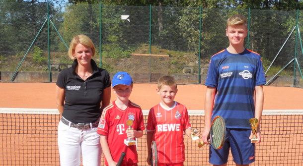 Jugendwartin Katrin Konze mit den Siegern der Jugendclubmeisterschaft (von links) Dominik Upmann, Paul Brandenburger und Fynn Eiteneuer. (Foto: Blau-Rot Wissen)