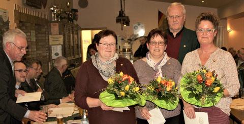 Die goldene Ehrennadel des Rheinischen Schützenbundes erhielten Gertrud Pirner, Andrea Brück und Christiane Müller (von links) aus der Hand des Ehrenkreisvorsitzenden der Sportschützen Bruno Stahl. Fotos: Verein